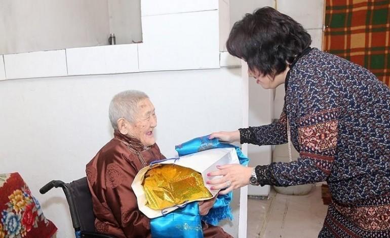 Нийслэлийн 98, 99 настай ахмадуудад хүндэтгэл үзүүллээ