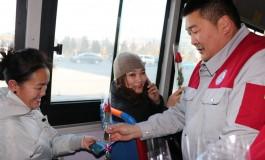 Автобусаар үйлчлүүлсэн бүсгүйчүүдэд сарнай бэлэглэв