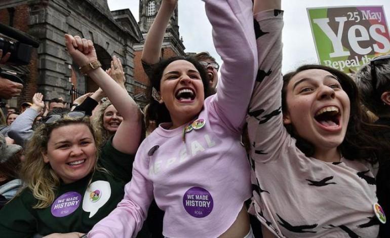 Ирландчууд үр хөндөлт хийхийг дэмжжээ