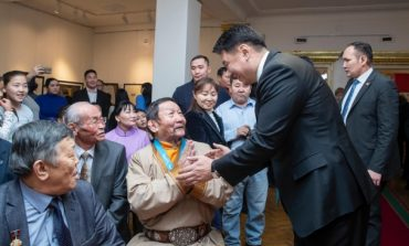 """У.Хүрэлсүх """"Монголын сайхан бичигтэн-2018"""" улсын уралдаанд оролцон шилдэг бүтээлийн эздэд шагнал гардууж үг хэллээ."""